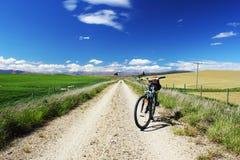 在Otago中央路轨足迹的登山车,新西兰 免版税图库摄影
