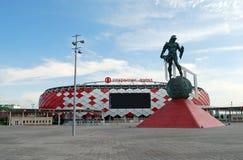 在Otkrytiye橄榄球俱乐部斯巴达克竞技场体育场的一个入口前雕刻`争论者`  莫斯科 图库摄影
