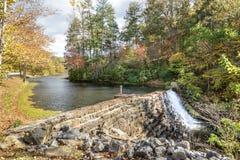 在Otter湖,蓝岭山行车通道,弗吉尼亚的水坝 免版税库存照片