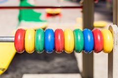 在oudoor儿童操场的大五颜六色的算盘 特写镜头 库存照片