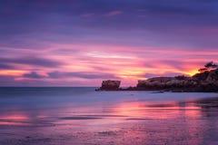 在Oura海滩的红色不可思议的日落在阿尔布费拉 葡萄牙 免版税图库摄影
