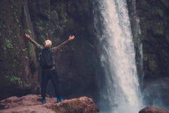 在Ouzoud瀑布附近的快乐的冒险家在摩洛哥 库存图片