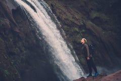 在Ouzoud瀑布附近的快乐的冒险家在摩洛哥 图库摄影