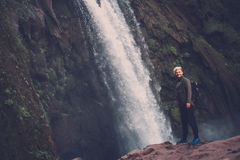 在Ouzoud瀑布附近的快乐的冒险家在摩洛哥 库存照片