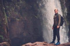 在Ouzoud瀑布附近的快乐的冒险家在摩洛哥 免版税库存图片