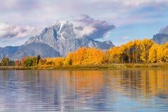 在Oxbow弯的风景秋天反射 免版税库存照片