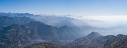 在Padana平原的早晨风景与高污染和湿气在天空中 免版税库存照片