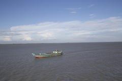 在padma河的空的货船 库存图片