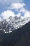 在Pahalgam谷,克什米尔的积雪的山 免版税库存照片