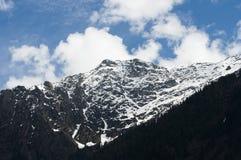 在Pahalgam谷,克什米尔的积雪的山 库存照片