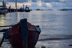 在pahawang海岛附近的传统钓鱼的木小船 班达楠榜 印度尼西亚 免版税库存照片