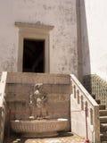 在Palà ¡ cio Nacional在小山的de辛特拉的喷泉,在里斯本上,葡萄牙 库存照片