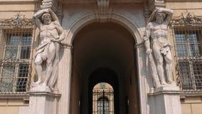 在Palace主教旁边入口的雕象在曼图亚 股票录像