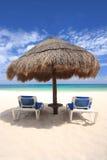 在palapa下的海滩睡椅盖了小屋 免版税库存照片