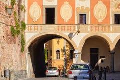 在Palazzo del Seminario -圣米尼亚托下的拱道 库存图片