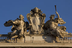 在Palazzo della Consulta上面的雕象在罗马 免版税库存图片