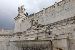 在Palazzo di Montecitorio的喷泉 免版税图库摄影