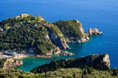 在Paleokastritsa,科孚岛使美丽的海洋峭壁环境美化看法  免版税库存照片