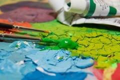 在pallette的油漆 免版税库存照片