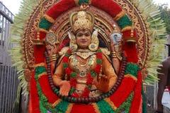 在Pallimukkathu寺庙节日期间,作为一个印度神打扮的一个未认出的人参加一支文化队伍 免版税图库摄影