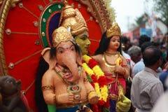 在Pallimukkathu寺庙节日期间,作为一个印度神打扮的一个未认出的人参加一支文化队伍 库存图片