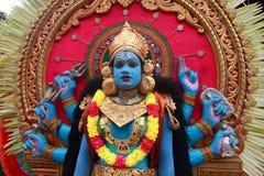 在Pallimukkathu寺庙节日期间,作为一个印度神打扮的一个未认出的人参加一支文化队伍 免版税库存图片