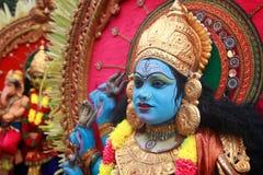 在Pallimukkathu寺庙节日期间,作为一个印度神打扮的一个未认出的人参加一支文化队伍 库存照片
