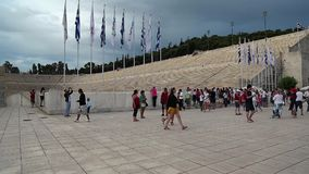 在Panathenaic体育场附近的人们在雅典,希腊 股票视频