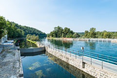 在Panperduto水坝的运河Villoresi,在提契诺州公园,索姆马隆巴尔多,意大利 免版税库存照片