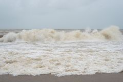 在pantai cinta berahi的危险和大波浪在kota bharu,吉兰丹,马来西亚靠岸 免版税库存照片