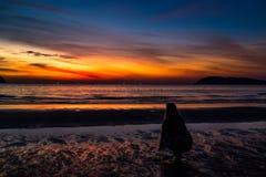 在Pantai Tengah海滩,凌家卫岛,马来西亚的日落 库存图片