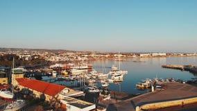 在paphos城市小游艇船坞港口海湾的寄生虫fles与游艇、汽艇、船和漂浮在码头附近的鱼工业小船 股票视频