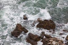 在paphos petra岩石romiou tou附近的美之女神出生地塞浦路斯挥动 免版税库存图片