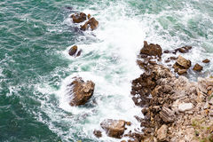 在paphos petra岩石romiou tou附近的美之女神出生地塞浦路斯挥动 免版税库存照片