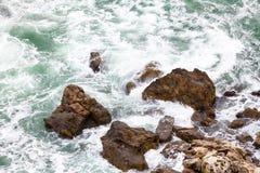 在paphos petra岩石romiou tou附近的美之女神出生地塞浦路斯挥动 免版税图库摄影