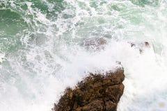 在paphos petra岩石romiou tou附近的美之女神出生地塞浦路斯挥动 库存照片