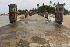 在Parai Tenggiri海滩的一座桥梁 库存图片
