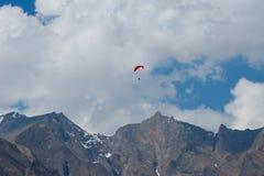 在paraplanes的飞行在山 库存图片