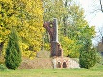 在parc的美丽的树与老门 免版税库存照片