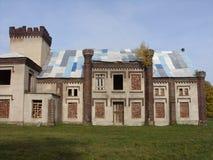 在parc的美丽的豪宅与老门 免版税库存照片