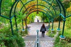 在Parc de贝而维尔的拱廊在巴黎,法国 库存照片