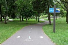 在Parkway,米尼亚波尼斯,明尼苏达教务长的自行车足迹 免版税图库摄影