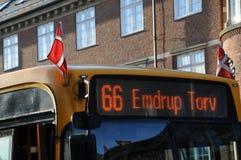 在parliamenet和公共交通的丹麦旗子主人 免版税库存图片