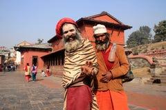 在Pashupathinath寺庙的两个圣洁者立场 库存照片