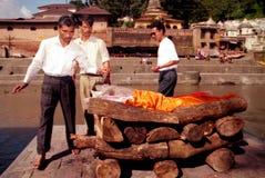 在Pashupatinath寺庙的印度火葬在加德满都尼泊尔 免版税库存图片