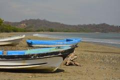 在Pasific海洋海滩的五颜六色的小船 免版税库存照片