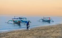 在Pasir Putih海滩, situbondo的印度尼西亚传统小船 库存图片