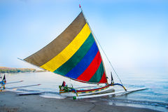在Pasir Putih海滩, situbondo的印度尼西亚传统小船 免版税图库摄影