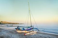 在Pasir Putih海滩, situbondo的印度尼西亚传统小船 免版税库存图片