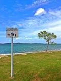 在Pasir Ris海滩,新加坡的路标 库存图片